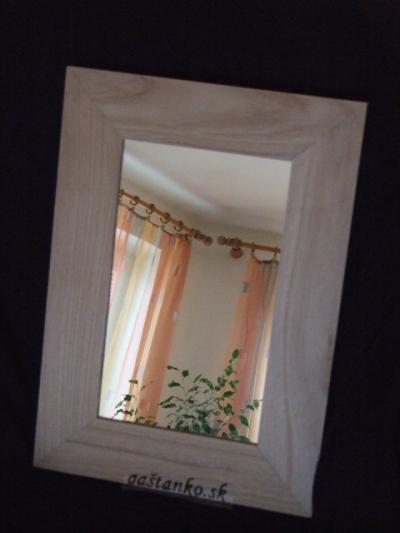 Zrkadlo v drevenom ráme