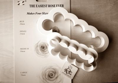 Vykrajovátko Lupienky ruží 2-set