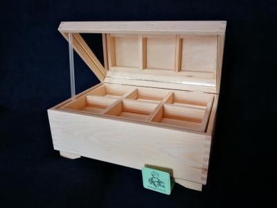 Kufrík s vyberateľnými priečinkami a zrkadlom