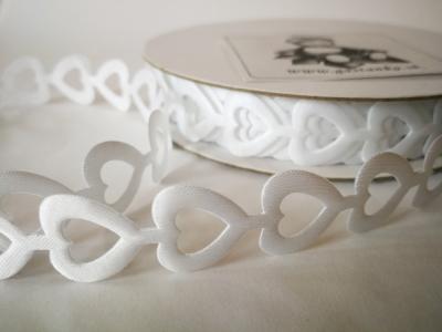 Saténové deravé srdiečka v girlande biele 17mm