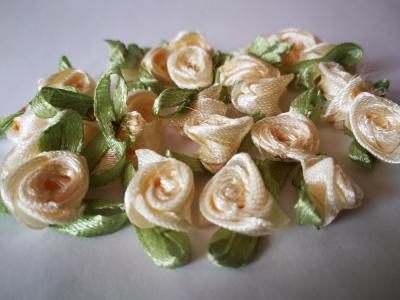 Saténové ružičky 25ks krémovobiele
